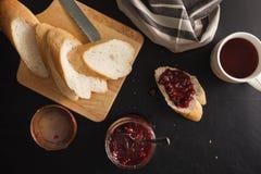 Πρόγευμα με το ψωμί και τη μαρμελάδα σμέουρων Στοκ Εικόνα