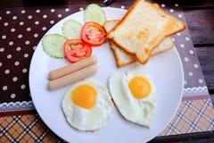 Πρόγευμα με το ψωμί, το λουκάνικο και το αυγό Στοκ εικόνες με δικαίωμα ελεύθερης χρήσης