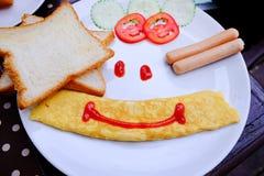 Πρόγευμα με το ψωμί, το λουκάνικο και το αυγό Στοκ Εικόνες
