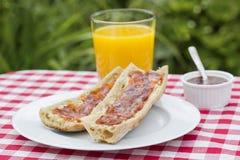 Πρόγευμα με το ψωμί marmelade και το χυμό από πορτοκάλι Στοκ φωτογραφία με δικαίωμα ελεύθερης χρήσης