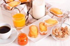 Πρόγευμα με το plumcake Στοκ Εικόνες