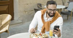 Πρόγευμα με το smartphone απόθεμα βίντεο