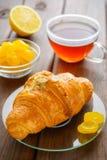 Πρόγευμα με φρέσκο croissant Στοκ Φωτογραφία