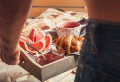 Πρόγευμα με croissant και τσάι στο κρεβάτι Στοκ εικόνα με δικαίωμα ελεύθερης χρήσης