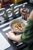Πρόγευμα με oatmeal σοκολάτας που προετοιμάζεται από μια γυναίκα Στοκ φωτογραφία με δικαίωμα ελεύθερης χρήσης