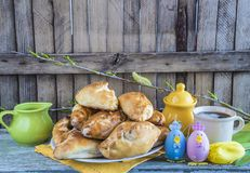Πρόγευμα Πάσχας με τα διακοσμημένους αυγά και τον καφέ Στοκ Εικόνα