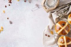 Πρόγευμα Πάσχας με τα παραδοσιακά καυτά διαγώνια κουλούρια στοκ εικόνες με δικαίωμα ελεύθερης χρήσης