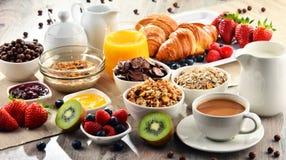 Πρόγευμα που εξυπηρετείται με τον καφέ, το χυμό, croissants και τα φρούτα Στοκ Εικόνες