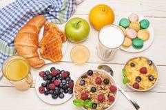 Πρόγευμα που εξυπηρετείται με το χυμό από πορτοκάλι, croissants, τα δημητριακά και τα φρούτα ισορροπημένο σιτηρέσιο Στοκ εικόνες με δικαίωμα ελεύθερης χρήσης