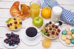 Πρόγευμα που εξυπηρετείται με το χυμό από πορτοκάλι, croissants, τα δημητριακά και τα φρούτα ισορροπημένο σιτηρέσιο Στοκ φωτογραφία με δικαίωμα ελεύθερης χρήσης