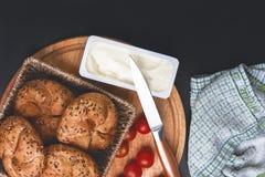 πρόγευμα που εξυπηρετεί Μαγειρευμένα κουλούρια με τις ντομάτες κερασιών και το λειωμένο τυρί Στοκ Φωτογραφία