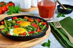 Πρόγευμα πρωινού! Αυγά με το σπαράγγι, τα πράσινα μπιζέλια και το πιπέρι! Στοκ Φωτογραφία