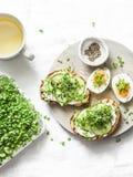 Πρόγευμα, πρόχειρο φαγητό, brunch - το τυρί κρέμας, αγγούρι, μικροϋπολογισ στοκ εικόνες