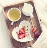 πρόγευμα ρομαντικό Γιαούρτι με το granola και φράουλα στο τόξο Στοκ εικόνες με δικαίωμα ελεύθερης χρήσης