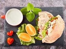 Πρόγευμα σαλάτας Pita που τίθεται με το κοτόπουλο, την ντομάτα μορφής καρδιών, το πορτοκάλι, και τα φρέσκα λαχανικά Στοκ εικόνα με δικαίωμα ελεύθερης χρήσης