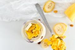 Πρόγευμα σε ένα βάζο: δημητριακά, μπανάνα, μούρα, granola Η έννοια της υγιούς κατανάλωσης, high-carbon πρόγευμα Στοκ Εικόνα