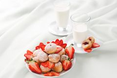 Πρόγευμα σε ένα ελαφρύ κλειδί Γάλα και ζύμες με τις φράουλες Στοκ Εικόνες