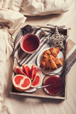 Πρόγευμα στο δίσκο στο κρεβάτι πρωινού Στοκ Φωτογραφίες