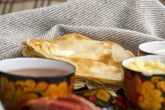 Πρόγευμα στο κρεβάτι για αγαπημένο σας, τηγανίτες με την ξινή κρέμα, che Στοκ Φωτογραφίες