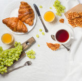 Πρόγευμα στο κρεβάτι με τα croissants, το σμέουρο και το βατόμουρο brusc Στοκ Εικόνα