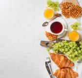 Πρόγευμα στο κρεβάτι με τα croissants, το σμέουρο και το βατόμουρο brusc Στοκ Φωτογραφίες