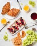 Πρόγευμα στο κρεβάτι με τα croissants, το σμέουρο και το βατόμουρο brusc Στοκ φωτογραφία με δικαίωμα ελεύθερης χρήσης