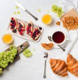 Πρόγευμα στο κρεβάτι με τα croissants, το σμέουρο και το βατόμουρο brusc Στοκ Εικόνες