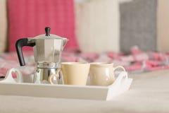 Πρόγευμα στο σπορείο Σε έναν άσπρο ψάθινο δίσκο υπάρχει ένας κατασκευαστής καφέ στοκ εικόνες με δικαίωμα ελεύθερης χρήσης
