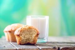Πρόγευμα στο χωριό: κέικ και ποτήρι του γάλακτος στοκ φωτογραφίες με δικαίωμα ελεύθερης χρήσης