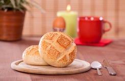 Πρόγευμα στο bistro με τον καφέ, ρόλος αυγών και ψωμιού Στοκ Φωτογραφία