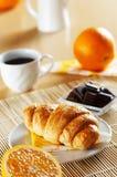 πρόγευμα τα croissant γαλλικά Στοκ Εικόνα
