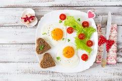 Πρόγευμα την ημέρα του βαλεντίνου - τηγανισμένα αυγά Στοκ εικόνες με δικαίωμα ελεύθερης χρήσης