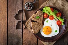 Πρόγευμα την ημέρα του βαλεντίνου - τηγανισμένα αυγά Στοκ Φωτογραφία