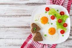 Πρόγευμα την ημέρα του βαλεντίνου - τηγανισμένα αυγά Στοκ φωτογραφία με δικαίωμα ελεύθερης χρήσης