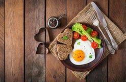 Πρόγευμα την ημέρα του βαλεντίνου - τηγανισμένα αυγά Στοκ Εικόνες