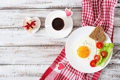 Πρόγευμα την ημέρα του βαλεντίνου - τηγανισμένα αυγά Στοκ Εικόνα