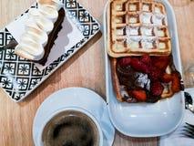 Πρόγευμα του καφέ, της βάφλας με το nutella και των φραουλών στοκ φωτογραφίες