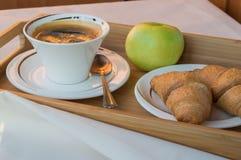 Πρόγευμα του καφέ, Apple, croissants στον ξύλινο δίσκο Στοκ εικόνες με δικαίωμα ελεύθερης χρήσης