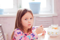Πρόγευμα το πρωί στην κουζίνα ενός μικρού κοριτσιού Στοκ Φωτογραφίες