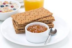 Πρόγευμα - τραγανό ψωμί με τη μαρμελάδα, το χυμό από πορτοκάλι και το muesli στοκ φωτογραφία με δικαίωμα ελεύθερης χρήσης