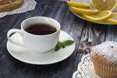 Πρόγευμα - τσάι με τα cupcakes Στοκ Εικόνα