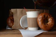 Πρόγευμα Τόγκο καφέ και Bagel στοκ φωτογραφία με δικαίωμα ελεύθερης χρήσης