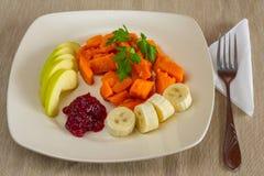 Πρόγευμα φρούτων επιδορπίων σε ένα τετραγωνικές πιάτο και μια στάση φιαγμένα από φυσικά υφάσματα Στοκ εικόνα με δικαίωμα ελεύθερης χρήσης
