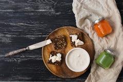 Πρόγευμα, χυμοί, γιαούρτι και croutons με το τυρί Το πρόγευμα είναι σκοτεινή ξύλινη επιφάνεια Στοκ Φωτογραφίες