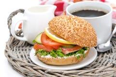 Πρόγευμα - burger με τον καπνισμένους σολομό, τα λαχανικά και τον καφέ Στοκ Εικόνες