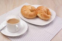 Πρόγευμα croissant και καφές στοκ φωτογραφίες με δικαίωμα ελεύθερης χρήσης
