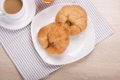 Πρόγευμα croissant και καφές Στοκ φωτογραφία με δικαίωμα ελεύθερης χρήσης