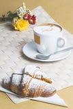 Πρόγευμα croissant και cappuccino Στοκ φωτογραφίες με δικαίωμα ελεύθερης χρήσης