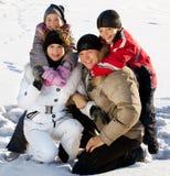 Πρόγονοι με τα παιδιά το χειμώνα Στοκ Φωτογραφία