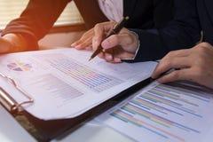 Πρόγραμμα διαβούλευσης συνεδρίασης των επιχειρησιακών ομάδων επαγγελματικός επενδυτής που απασχολείται στο πρόγραμμα Επιχείρηση κ Στοκ Φωτογραφίες